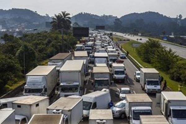 Greve dos caminhoneiros custará R$ 15 bilhões para a economia do país
