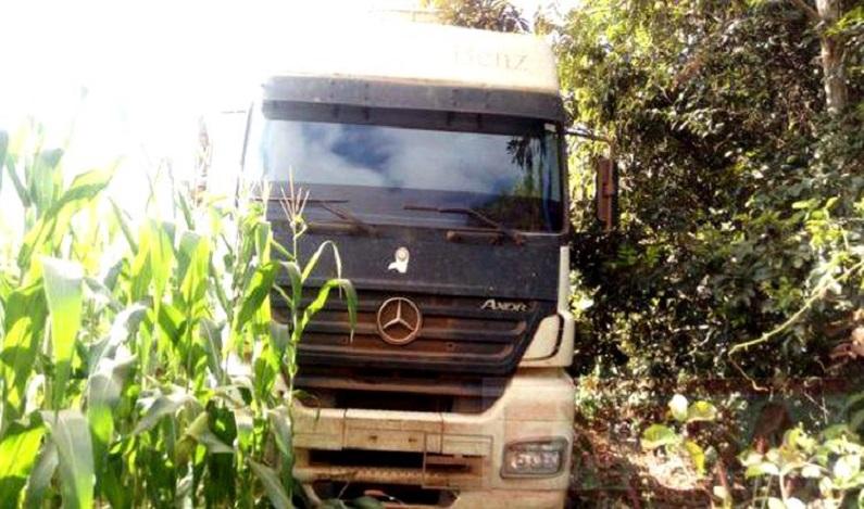 Polícia encontra dois motoristas sequestrados na BR-364; bandidos levaram caminhão com diesel