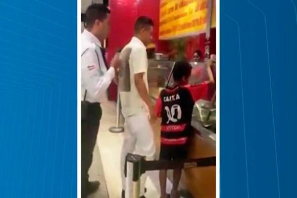 Segurança de shopping tenta impedir cliente de pagar almoço para criança; veja vídeo