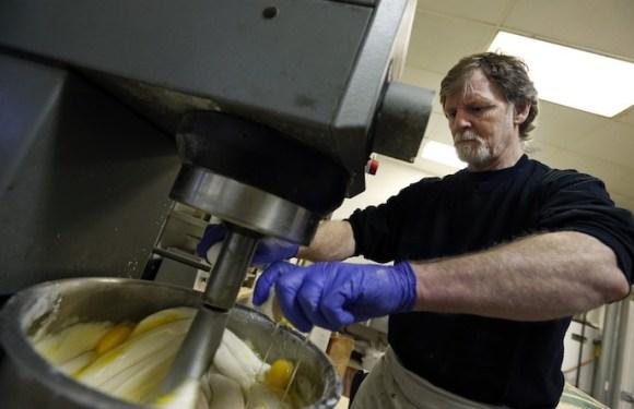 Suprema Corte dos EUA decide a favor de confeiteiro que se recusou a fazer bolo para casal gay