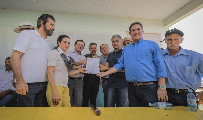Maurão prestigia entrega de quadra em Parecis e recebe pedido para recuperação de estrada