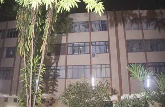 Mulher morre após cair do 3º andar de prédio no DF; marido é suspeito