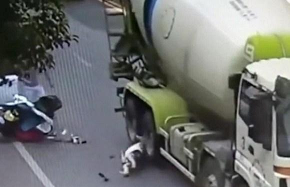 Caminhão passa sobre a cabeça de motociclista, mas capacete a salva; veja vídeo