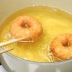ココウェルのココナッツオイルでレーズン酵母の豆乳ドーナツを揚げる