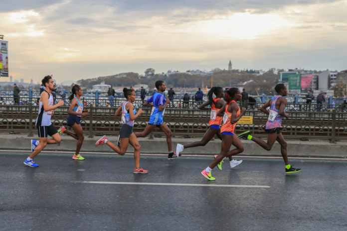 runners in a race in a big city