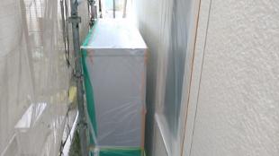 塗装工程前のビニール養生です。 サッシやドア等、塗料が付着してはいけない箇所の養生です。