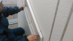 O様とのお約束。 施工前は、外壁にピッタリだった物置を少し移動します。