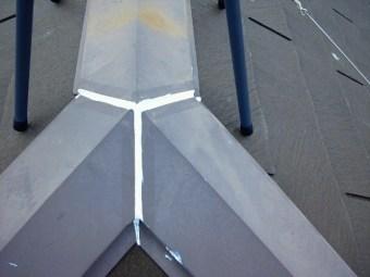 棟押さえ鋼板の止水処理