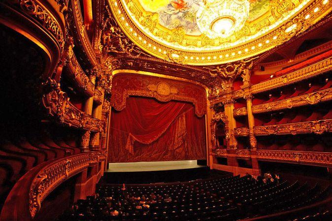palais_garnier_auditorium_and_stage_photographer-naoya-ikeda_commons-wikimedia-org