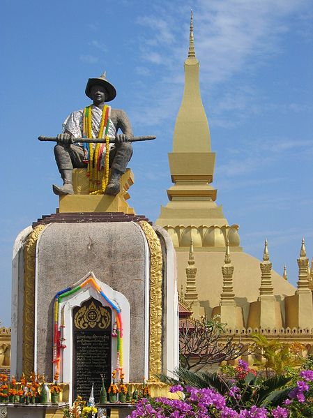 449px-tempel_pha_that_luang_mit_statue_setthathirat_vientiane_laos