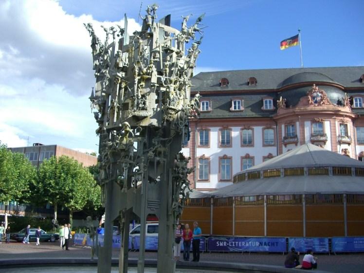 mainz-carnival-fountain-250319_960_720