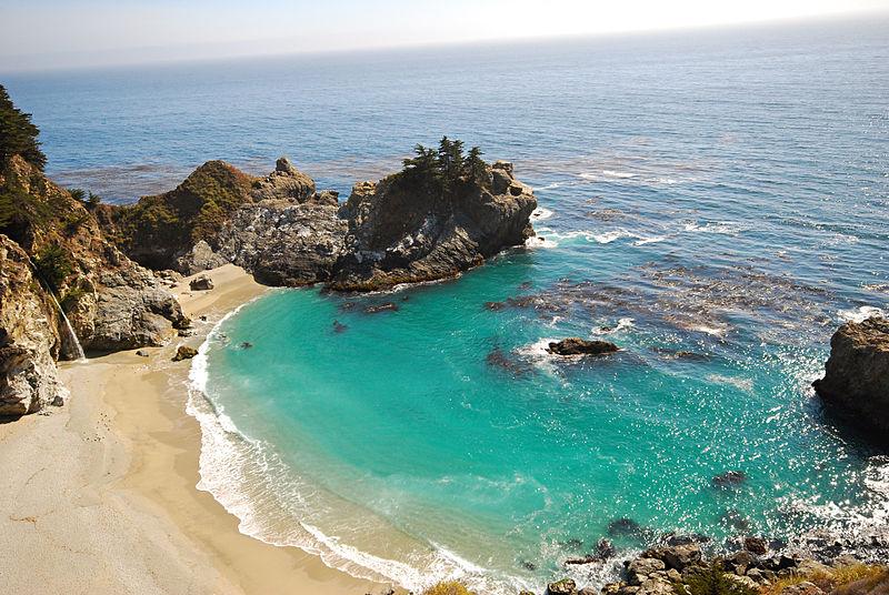 800px-The_postcard-perfect_waterfall_beach_(1146260314)