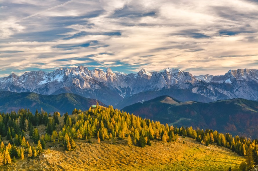 mountain-tops-in-the-distance-in-the-alps-in-austria