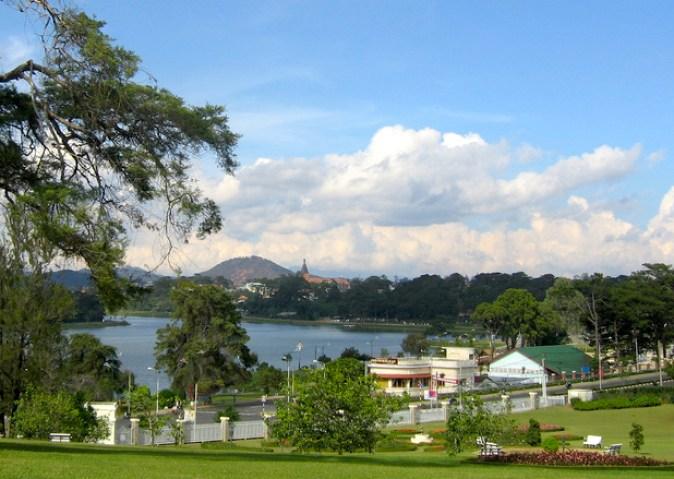 Da_Lat,_view_to_Xuan_Huong_lake_2