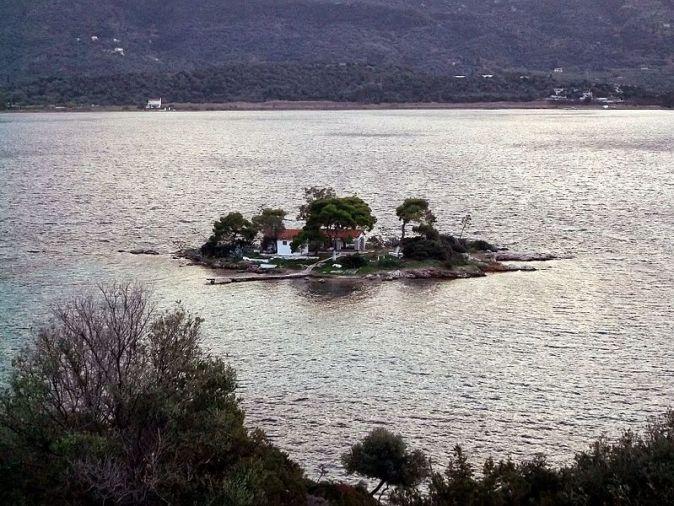 The_small_island_Daskalio_across_Poros,_Greece_-_panoramio