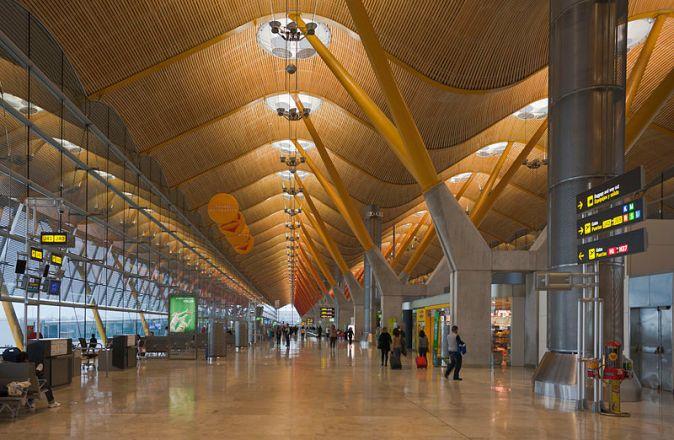 800px-Terminal_4_del_aeropuerto_de_Madrid-Barajas,_España,_2013-01-09,_DD_05