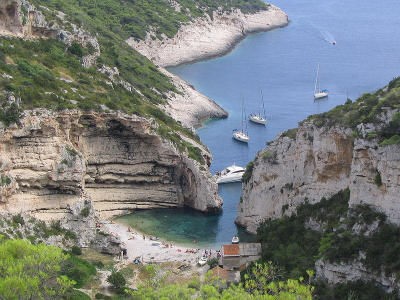 800px-Stiniva_beach,_island_of_Vis,_Croatia_(2)