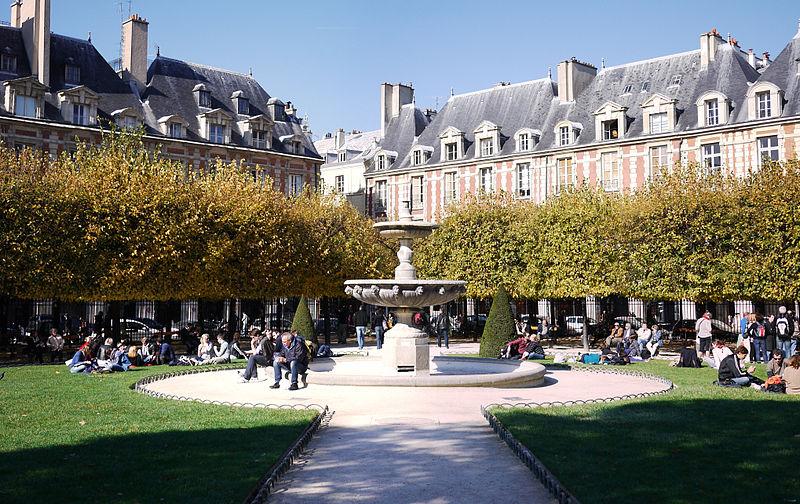 800px-Places_des_Vosges,_Paris_-_NW_Fountain