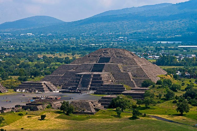 View_of_Pyramid_of_the_Moon_from_Pyramid_of_the_Sun,_Teotihuacan