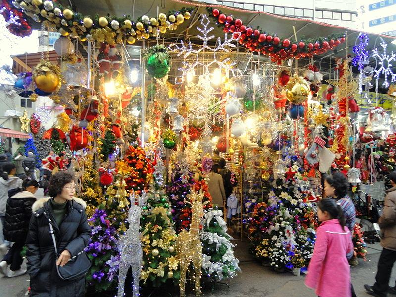 800px-Christmas_ornaments_in_Seoul,_South_Korea_-_DSC00723