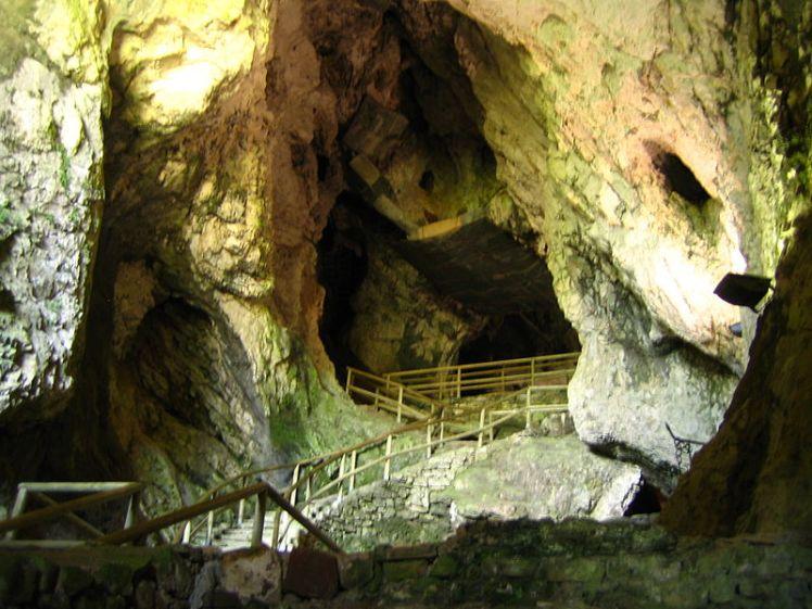 800px-Predjama_castle_cave