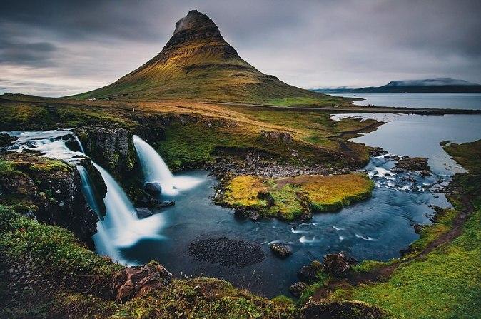 800px-Kirkjufell_Mountain_(120826649)