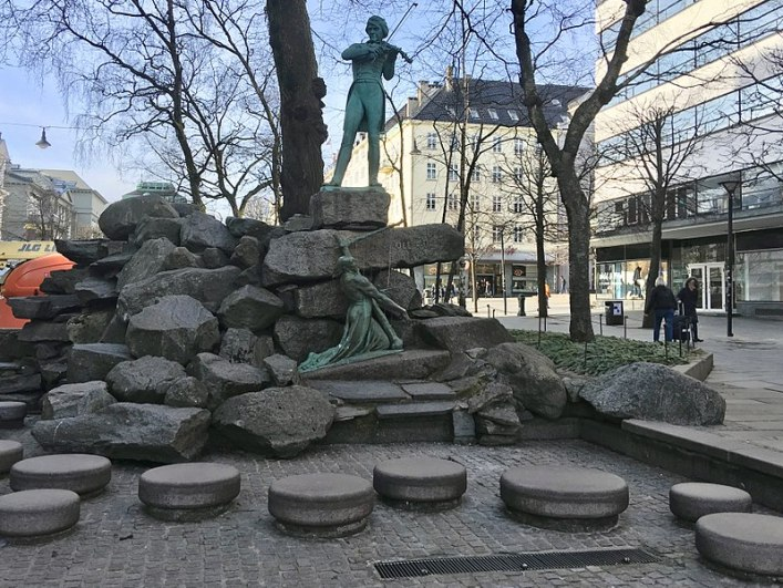 800px-Ole_Bull_Monument_by_Stephan_Sinding_at_Ole_Bulls_plass,_Bergen,_Norway_2018-03-15