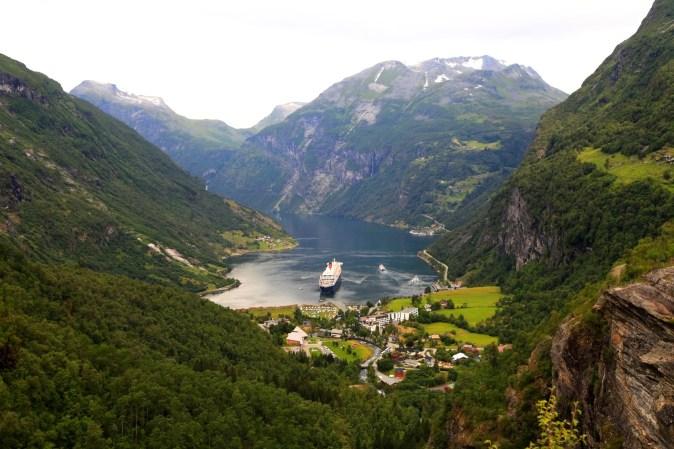 grass-mountain-lake-river-valley-mountain-range-690596-pxhere.com