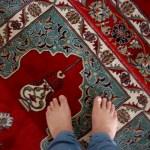 Всем запрещено входить в мечеть в обуви