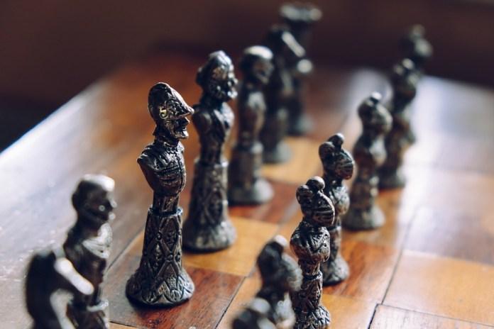 cat-kayu-untuk-papan-catur