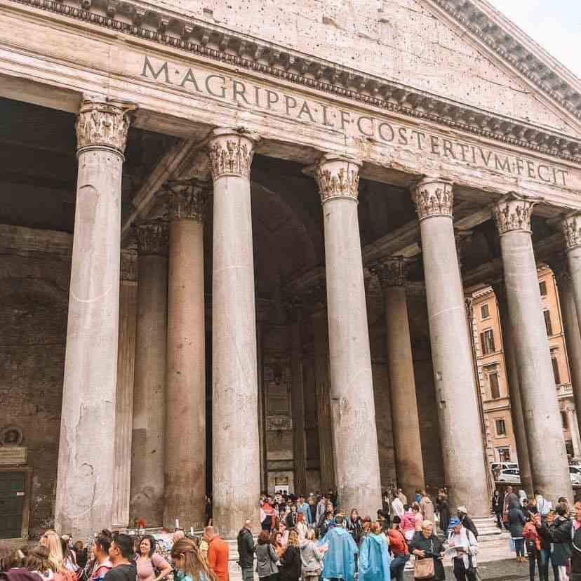 crowds around the Pantheon