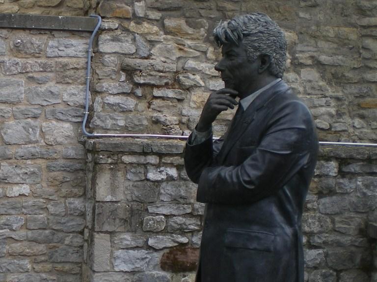 Estatua de Ken Follett frente a la Catedral de Vitoria