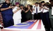 Perdana Menteri Datuk Seri Najib Tun Razak mengaminkan bacaan doa ketika memberi penghormatan terakhir kepada jenazah Prebet Ahmad Hurairah Ismail dan Prebet Ahmad Farhan Roslan yang tiba di Pangkalan Tentera Udara Malaysia (TUDM) di sini, Rabu. Turut hadir Menteri Pertahanan Datuk Seri Zahid Hamidi, Panglima Tentera Darat, Jeneral Tan Sri Zulkifli Zainal Abidin (tiga, kanan) dan Panglima Tentera Laut Laksamana Tan Sri Abdul Aziz Jaafar (dua, kiri)