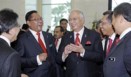 Perdana Menteri, Datuk Seri Najib Tun Razak bersama (dari kiri) Menteri di Jabatan Perdana Menteri, Datuk Seri Idris Jala, Menteri Pertanian dan Industri Asas Tani, Datuk Seri Noh Omar, Menteri Kerja Raya, Datuk Seri Shaziman Abu Mansor dan Menteri Pertahanan, Datuk Seri Zahid Hamidi selepas sesi bergambar setelah mempengerusikan mesyuarat Kabinet di Bangunan Perdana Putra, Putrajaya pada Rabu. Najib mengumumkan pembubaran Dewan Rakyat genap empat tahun beliau memegang jawatan sebagai perdana menteri pada Rabu