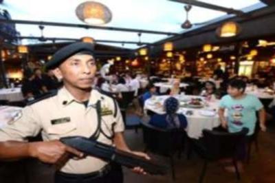 Bagi melindungi pelanggan, sebuah restoran makanan laut di Kampung Baru Subang dikawal oleh pengawal keselamatan.