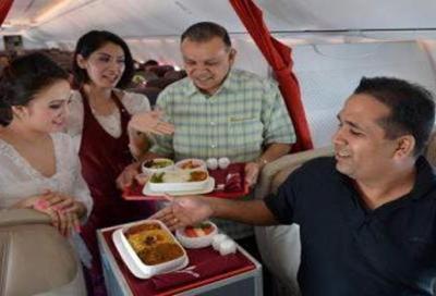 Chandran Rama (kanan) bersama Burhan Mohamed (dua, kanan) menunjukkan nasi kandar yang dihidangkan dalam penerbangan ke Langkawi pada 4 Oktober 2013.