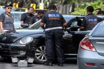 Anggota Forensik Polis Diraja Malaysia (PDRM) memeriksa kenderaan yang dicuri oleh penjenayah di Pangsapuri Vista Commenwealth, Bukit Jalil