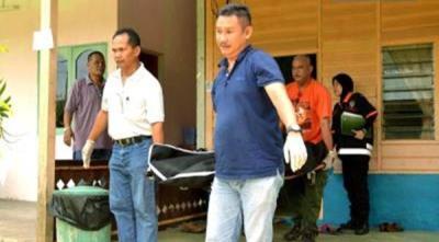 ANGGOTA polis mengangkat mayat mangsa untuk dihantar ke Hospital Melaka bagi tujuan bedah siasat.