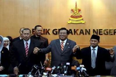 Khalid (tengah) bersama empat Exco daripada PAS yang menyokong kepimpinannya sebagai menteri besar Selangor dan menghadiri mesyuarat Exco di Shah Alam