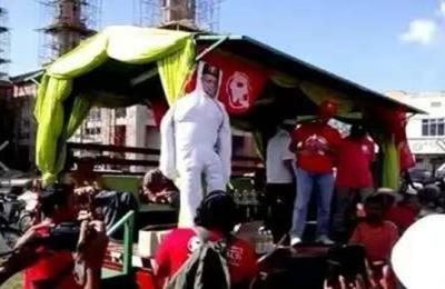 Tindakan biadap kumpulan R yang mempermainkan patung Pengerusi BN Kelantan Datuk Seri Mustapa Mohamad kononnya untuk menuntut royalti.