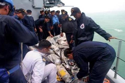 airasia-qz8501-tldm-temui-mayat-gelongsor (4)