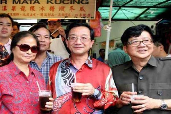 Dr Huang bersama isterinya (kiri) membuat lawatan ke Petaling Street pada Jumaat bagi mengedarkan kuih bulan peniaga di kawasan itu. Mengiringi mereka adalah Pengerusi Persatuan Penjaja dan Peniaga Kecil Kuala Lumpur, Datuk Ang Say Tee.