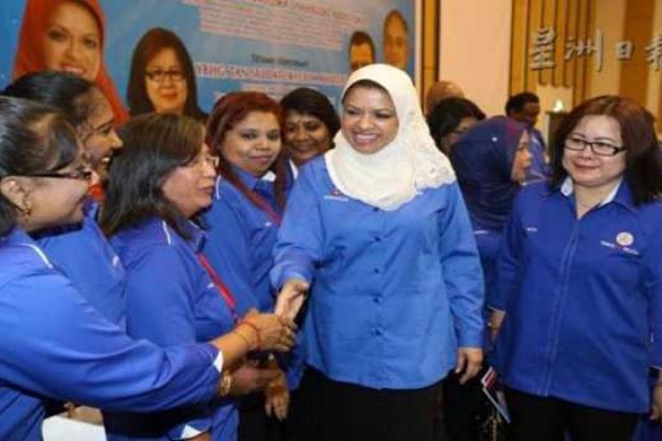 莎麗扎(右二)為人民進步黨婦女組大會開幕獲得黨員們熱烈歡迎;右一為海倫。