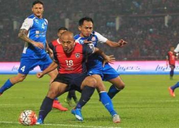 Pemain JDT, Mahalli Jasuli (depan) diasak pemain Felda United, Mohd Aizul Ridzwan Razali (dua dari kanan) Johor Darul Ta'zim (JDT) bertemu Felda United pada perlawanan suku akhir kedua Piala Malaysia