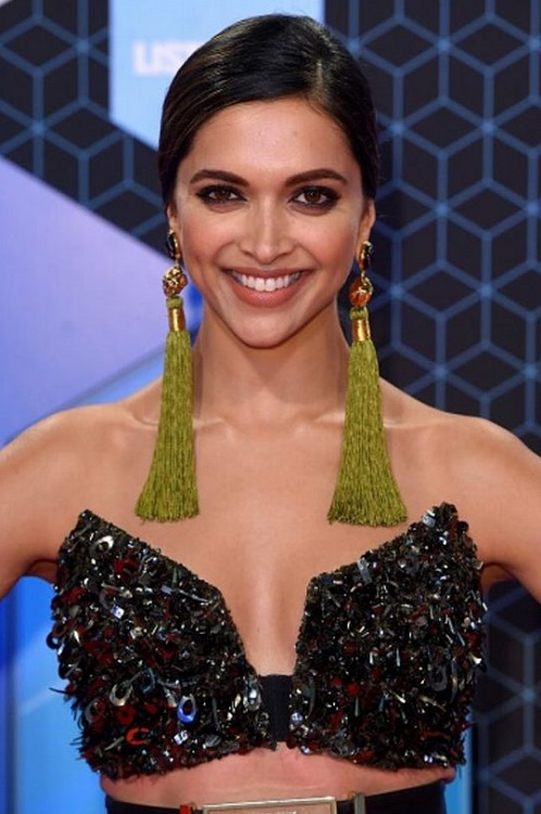 deepika-padukone-at-mtv-emas-2016-4