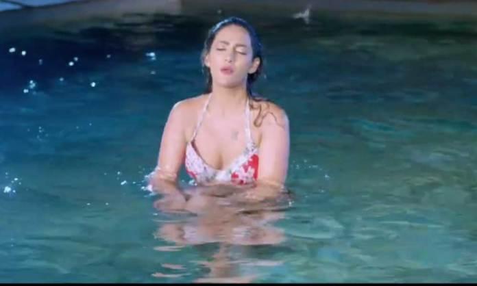 Mathira-in-swimming-pool