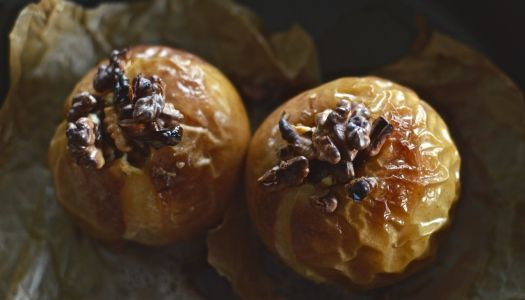 Grilled apples with walnut filling for breakfast