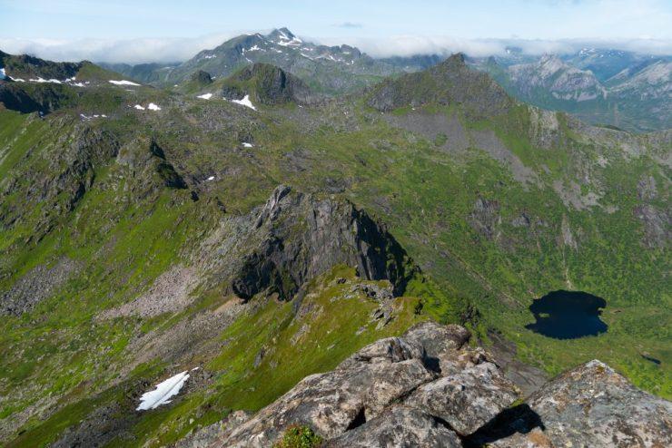 Maisema Fløyalta, Lofoottien vuoristoa