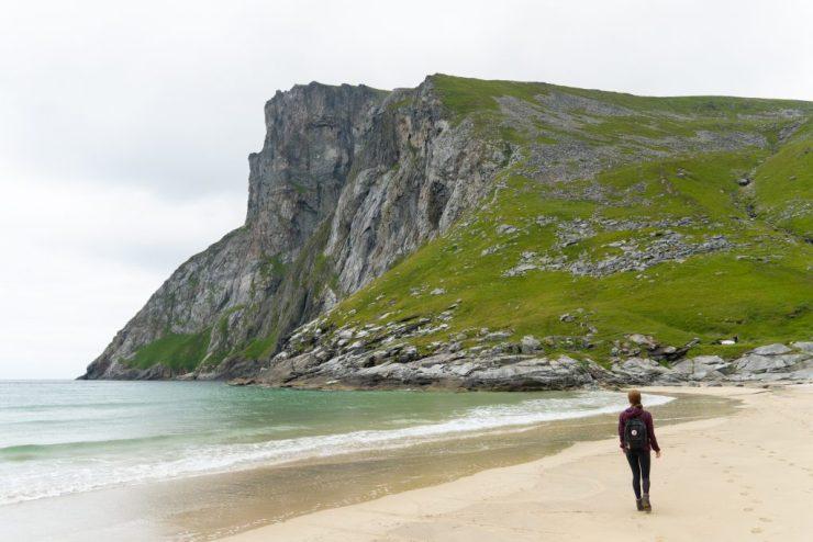 Kvalvikan ranta ja taustalla Ryten, Lofootit, Norja