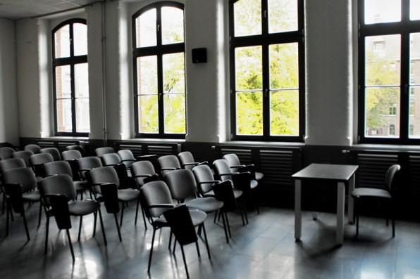 wnętrze sali multimedialnej, krzesła istolik